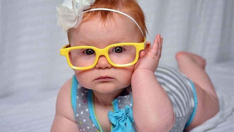 nama bayi perempuan modern - bayi berkacamata