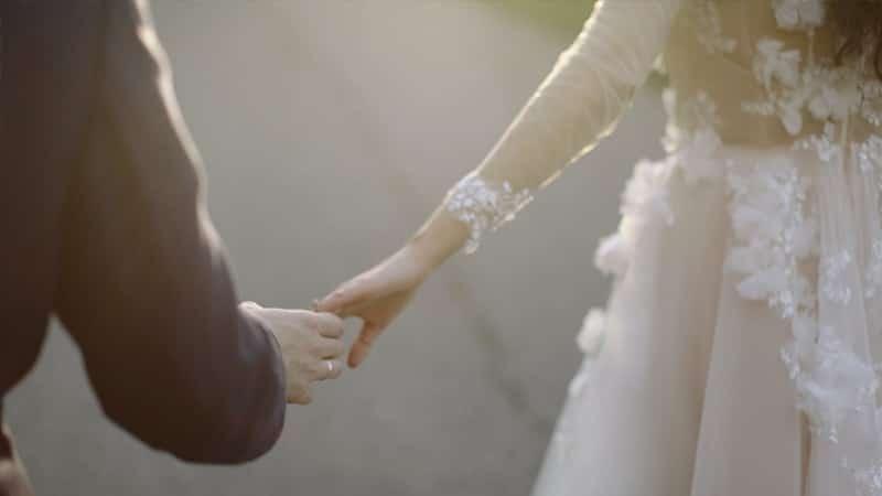 Kata-Kata Bijak dalam Hubungan Cinta - Bergandengan Tangan
