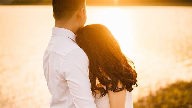 Kata-Kata Bijak dalam Hubungan Rumah Tangga - Pasangan Photoshoot di Senja