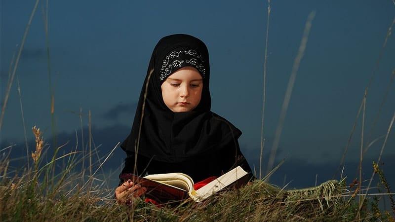 nama bayi perempuan Islam - anak membaca Alquran