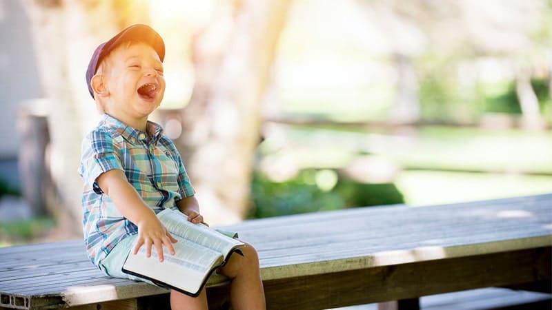 Nama bayi yang berarti cerdas - Bayi tertawa